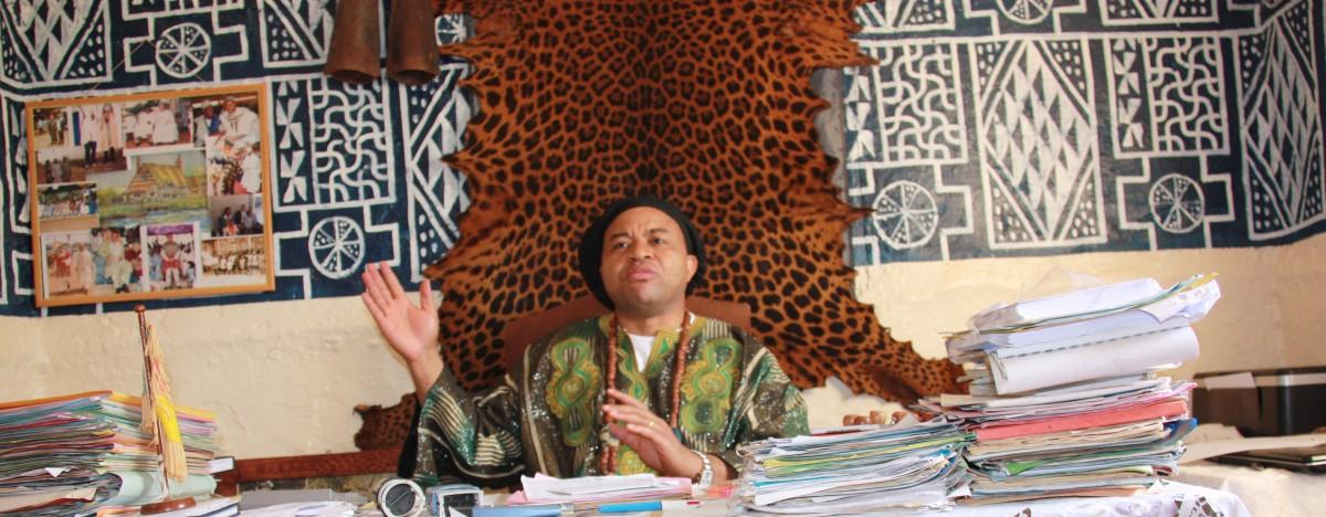 Sa Majesté Djombissié Kamga dans son bureau.